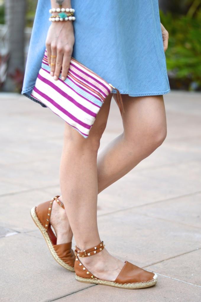 chambray dress, how to wear a chambray dress, striped clutch, tassel bracelets