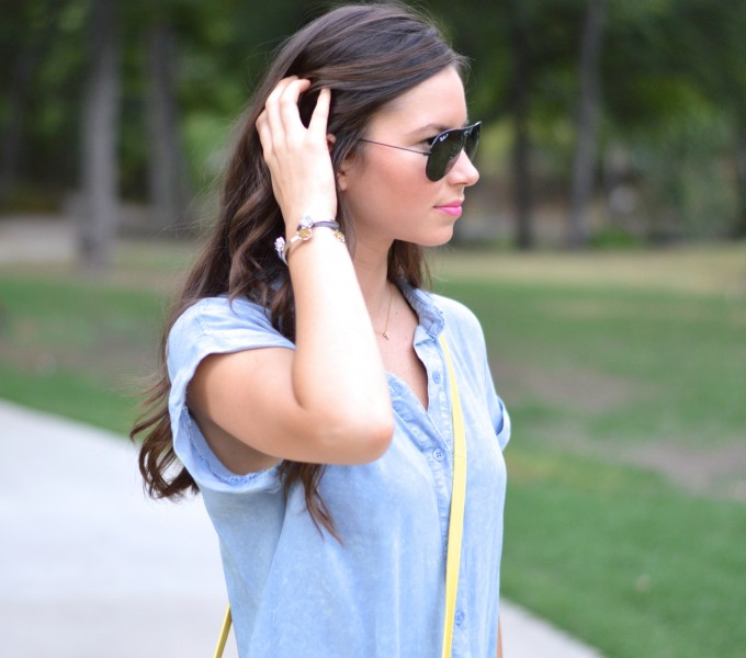 chambray dress, ray ban aviators,