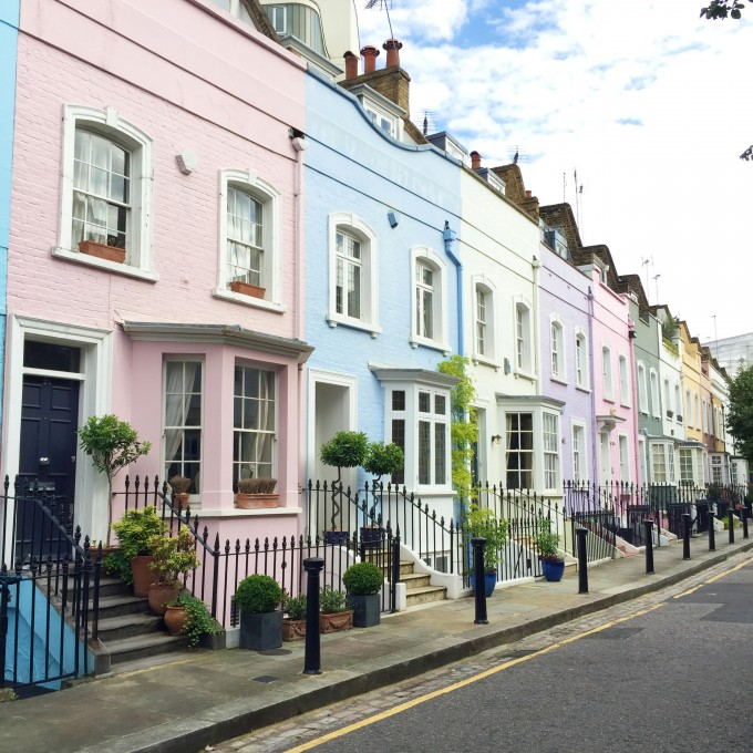 pretty colored houses in Chelsea England, pretty colored houses in London neighborhood