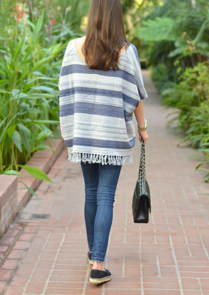 poncho with fringe, fringed sweater, casual look with a poncho, how to wear w poncho