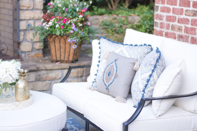 outdoor love seat with throw pillows