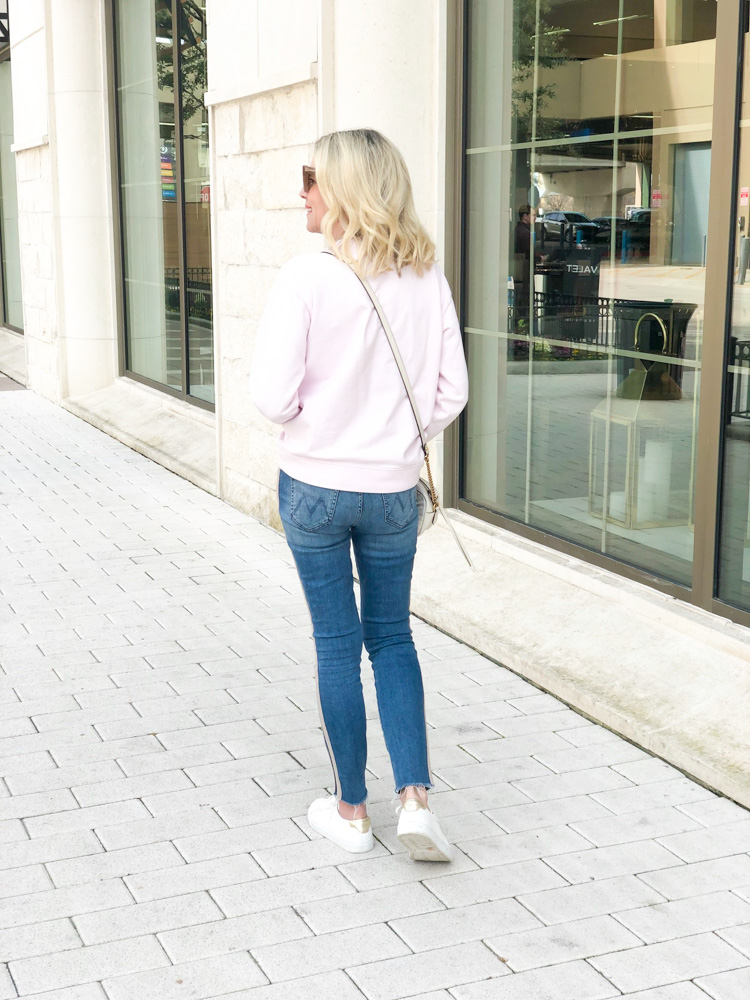 pink crew neck sweatshirt jeans white sneakers