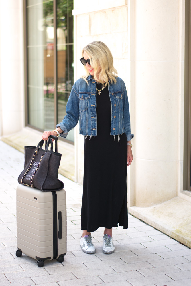 summer travel outfit jean jacket black maxi dress sneakers